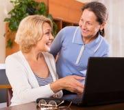 Ältere Damen mit Laptop stockbild