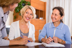 Ältere Damen mit Mittel Lizenzfreies Stockbild