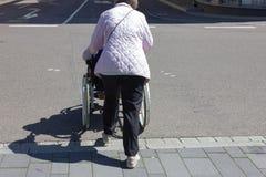 ältere Damenrollstuhlunterstützung lizenzfreie stockfotos
