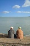Ältere, die heraus auf Wasser schauen Lizenzfreie Stockfotografie