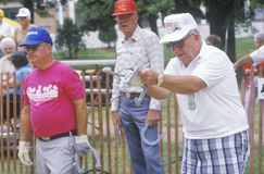 Ältere, die Hufeisen spielen Stockbild