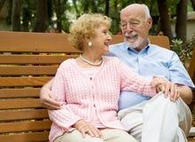 Ältere, die im Park sich entspannen Stockfotografie