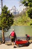 Ältere, die Kayak sich vorbereiten Lizenzfreies Stockbild