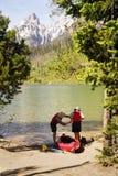 Ältere, die Kayak sich vorbereiten Lizenzfreies Stockfoto