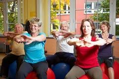 Ältere, die Sport in der Gymnastik tun Stockfotografie