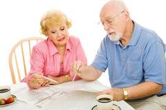 Ältere, die vom Haus wählen Stockbild