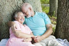 Ältere, die wie Jugendliche flirten Stockfotografie