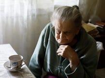 Ältere einsame Frau Stockfoto