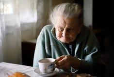 Ältere einsame Frau Stockfotos