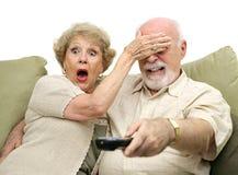 Ältere entsetzt durch Fernsehapparat Stockfotografie