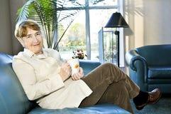 Ältere entspannende Frau Lizenzfreies Stockfoto