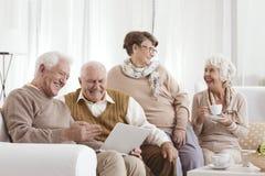 Ältere entspannende Freunde lizenzfreie stockbilder