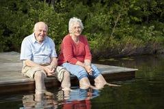 Ältere entspannende Paare Stockfotos
