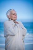 Ältere entspannende und atmende Frau Stockfotos