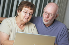 Ältere Erwachsene auf Laptop-Computer Lizenzfreie Stockbilder