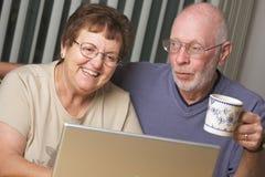 Ältere Erwachsene auf Laptop-Computer lizenzfreie stockfotografie