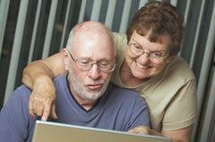Ältere Erwachsene auf Laptop-Computer