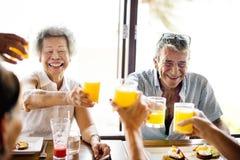 Ältere Erwachsene, die Frühstück im Hotel essen Lizenzfreie Stockfotos