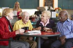 Ältere Erwachsene, die Morgentee zusammen trinken Lizenzfreie Stockfotos