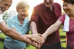 Ältere erwachsene Teamwork-Hände zusammen lizenzfreie stockfotos