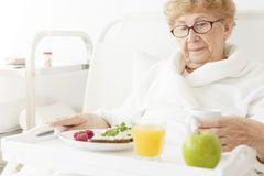 Ältere Essenmahlzeit am Krankenhaus lizenzfreies stockfoto