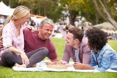 Ältere Familie, die Sommer-Ereignis am im Freien sich entspannt stockbild