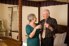 Ältere feiernde Paare Stockbilder