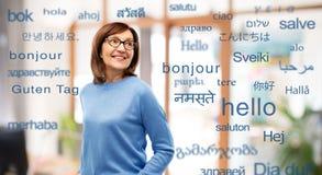 Ältere Frau über Wörtern in den verschiedenen Sprachen lizenzfreies stockbild