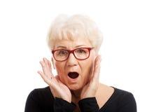 Ältere Frau überrascht stockbilder