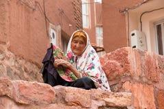 Ältere Frau in Abyaneh, nahe Kashan, der Iran Lizenzfreie Stockbilder