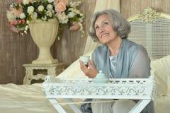 Ältere Frau auf Couch Lizenzfreie Stockfotos
