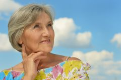 Ältere Frau auf dem Hintergrund des Himmels Lizenzfreie Stockfotos