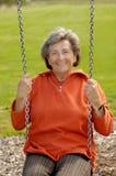 Ältere Frau auf einem lebenslustigen Typ stockfotografie