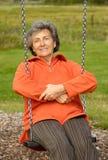 Ältere Frau auf einem lebenslustigen Typ lizenzfreie stockbilder