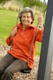 Ältere Frau auf einem lebenslustigen Typ stockfoto