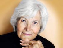 Ältere Frau auf Pastellgelb Stockfotografie