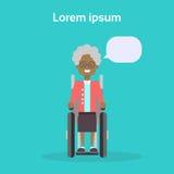 Ältere Frau auf Rollstuhl-glücklichem Afroamerikaner alter weiblicher behinderter lächelnder Sit On Wheelchair Disability Concept stock abbildung