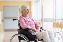 Ältere Frau auf Rollstuhl im Krankenhaus stockbilder