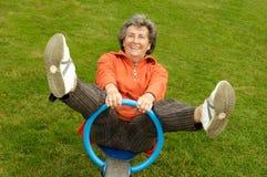 Ältere Frau auf Spielplatz stockfoto