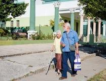 Ältere Frau auf unterstütztem Weg Stockfotos