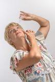 Ältere Frau behandelt ihre Augen mit Medikation Lizenzfreies Stockfoto