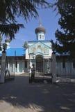 Ältere Frau bittet um Almosen an den Toren der Kirche der Heiligen Dreifaltigkeit in einer Erholungsortregelung Adler, Sochi Lizenzfreies Stockfoto