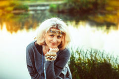 Ältere Frau in dem Fluss Stockbilder