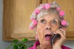 Ältere Frau in den rosafarbenen Lockenwicklern Stockbild