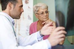 Ältere Frau in der Arztpraxis Lizenzfreie Stockfotos