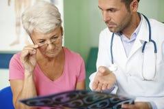 Ältere Frau in der Arztpraxis Lizenzfreie Stockfotografie