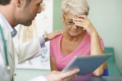 Ältere Frau in der Arztpraxis Stockfotografie