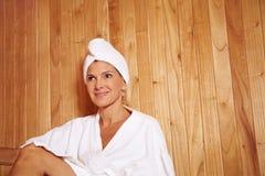 Ältere Frau in der Gesundheitsrücksortierung stockfotografie