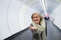 Ältere Frau in der Halle der U-Bahn Abschied nehmend Lizenzfreie Stockfotografie