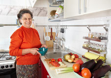 Ältere Frau in der Küche lizenzfreies stockbild